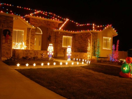 A fresh list of 15 yard decorations ideas sheplanet for Front yard christmas decorations